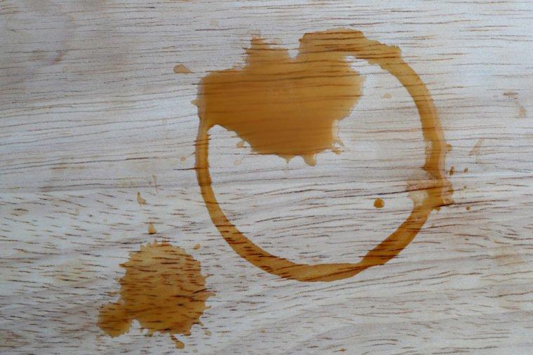 Tẩy trắng vết ố vàng do nước chè trên sàn nhà