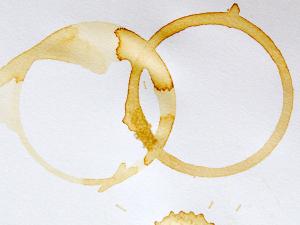 Cách tẩy vết nước chè trên sàn nhà bằng giấm ăn